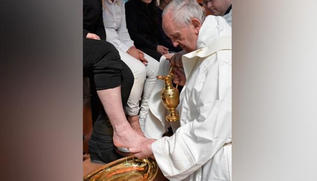 Sambut Jumat Agung, Paus Cium Kaki Narapidana Muslim