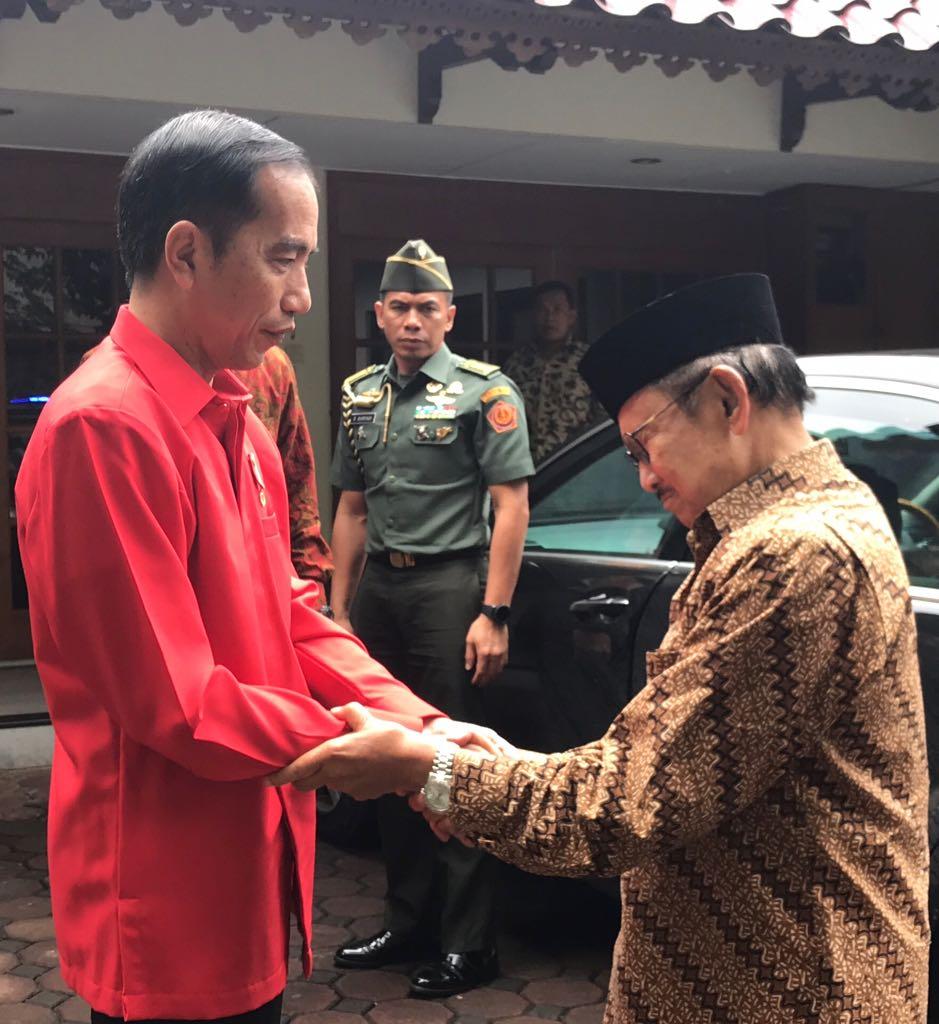 Presiden Jokowi Sempatkan Antar Pak Habibie ke Kediamannya Sebelum ke Halim