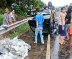 Kecelakaan Mobil Bermuatan Ikan Terbalik di Tol Jatiasih