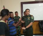 Mantan TPN/OPM menyerahkan senjata ke Kodim 1709/Yawa Serui
