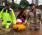 Kapolsek Kelapa Gading Pimpin Evakuasi Anak Sekolah Karena Jalanan Banjir