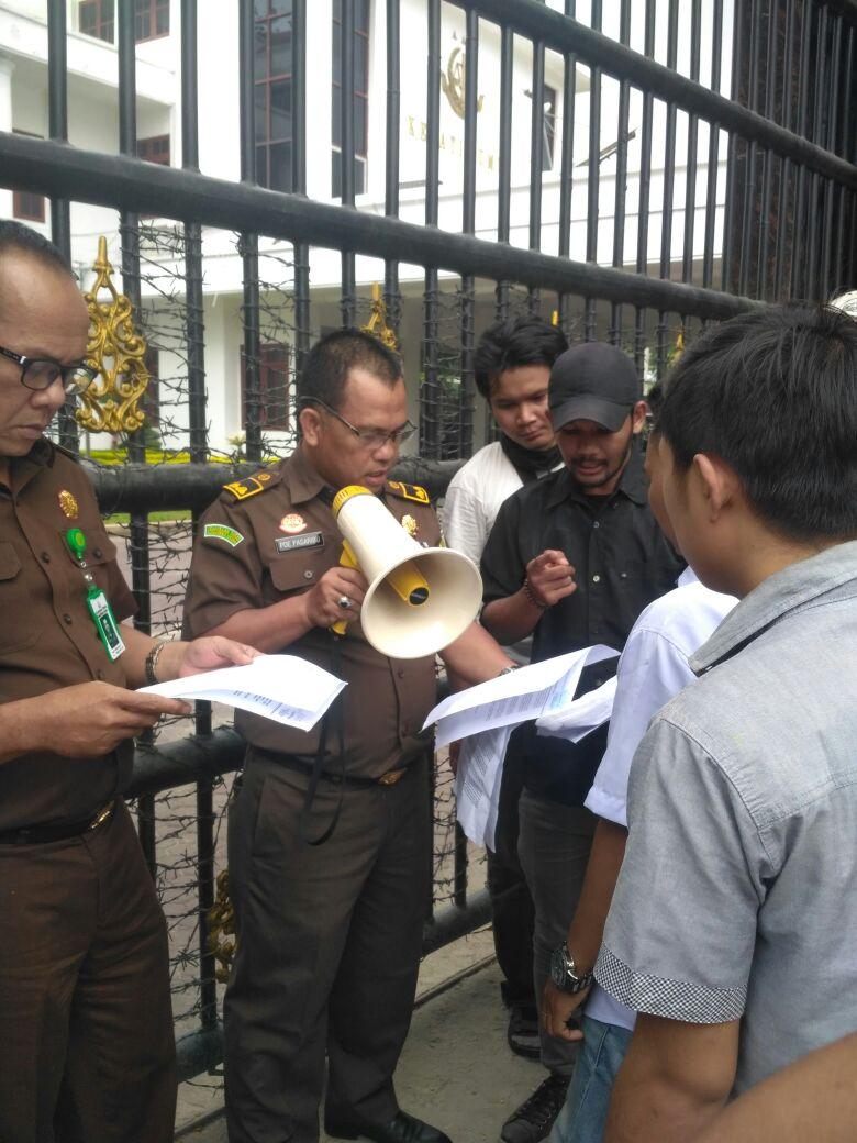 Puluhan Mahasiswa GMPB Sumut Unras di Kejatisu