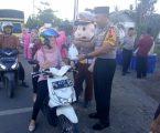 Kapolres Musi Rawas dan Ketua Bayangkari Bagi Takjil Kepada Pengendera Motor
