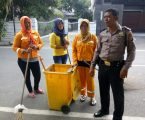 Bhabinkamtibmas Polsek Medan Baru, Irwan Silitonga Turut Serta Gotong Royong di Jalan Candi Mendut