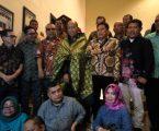 Sambil Terharu, Datuk Wira Terima Songket Batubara dari Ketua PWI Sumut