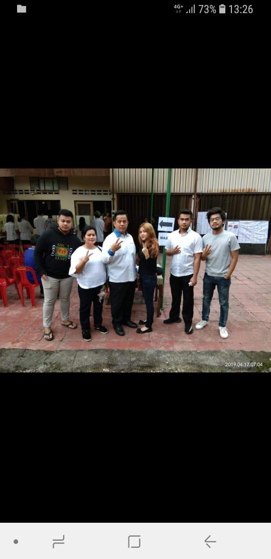 "Calon Anggota DPR-RI dan Keluarga Nyoblos di TPS 41 Jalan Sei Batang Gadis, ""Semoga Menang Ya Bang"""
