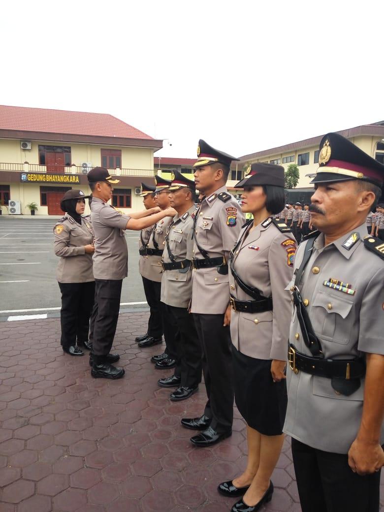 Kapolrestabes Medan Pimpin Upacara Setijab 3 Kapolsek dan 2 Kepala Seksi