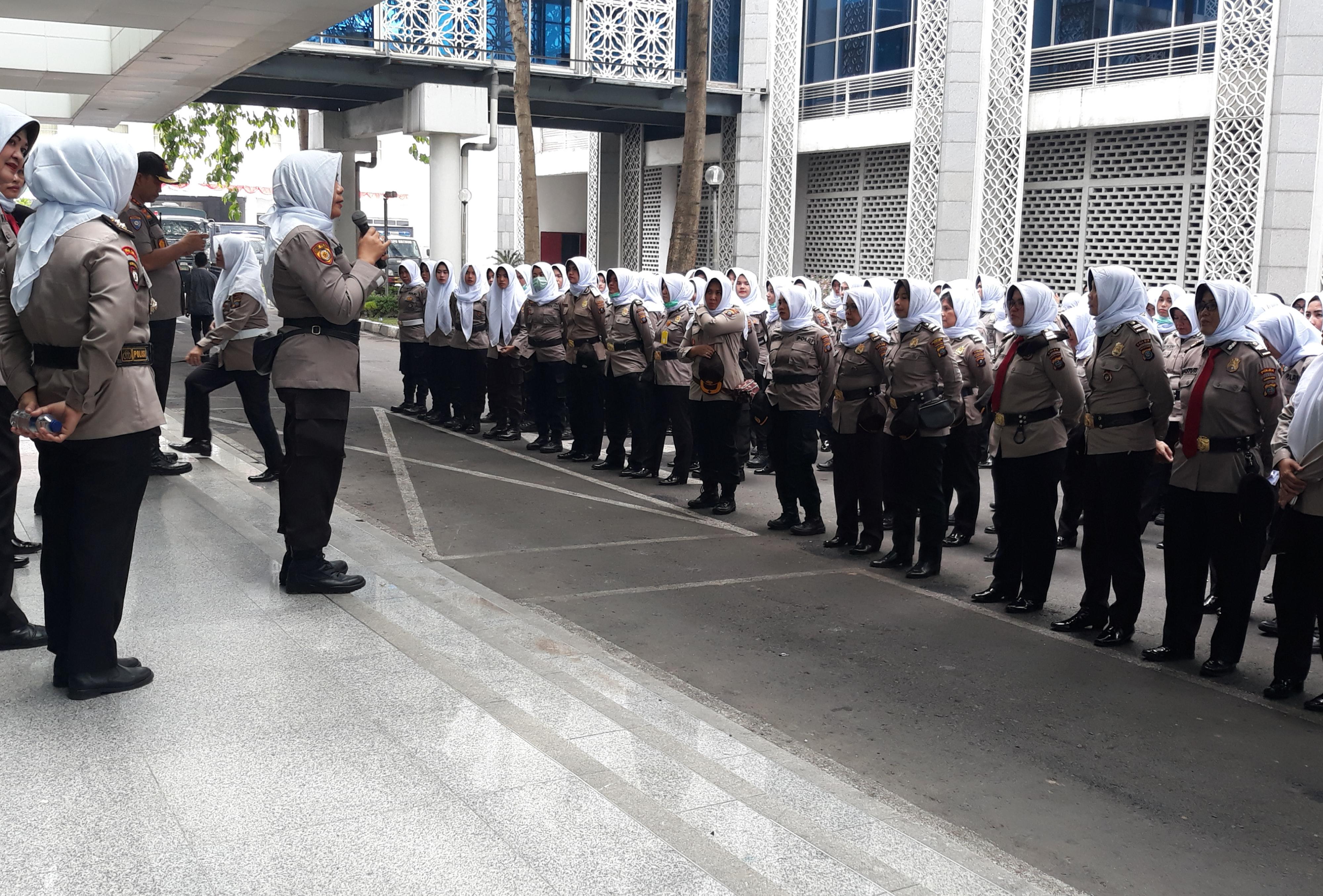 Ratusan Polwan Berkerudung Putih Disiapkan Dalam Pengamanan Demo di Gedung DPRD Sumut