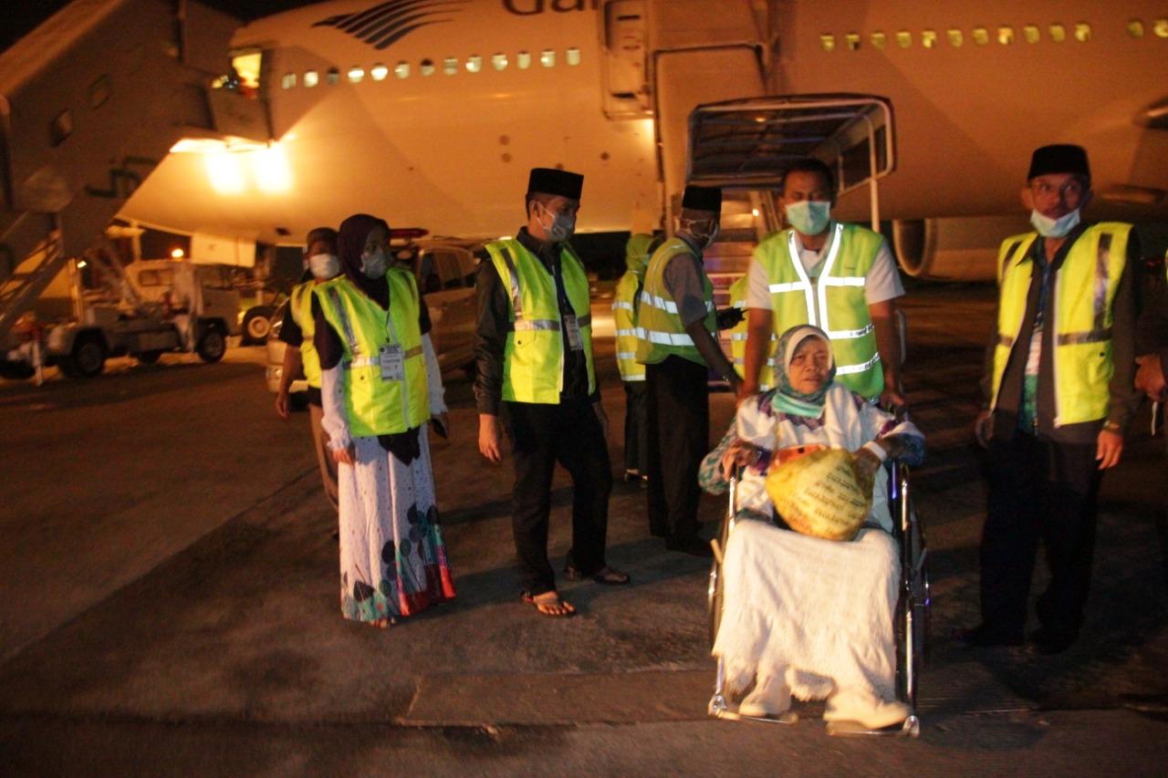 Walikota Siantar Sambut Jamaah Haji dan Hajjah di Tangga Pesawat