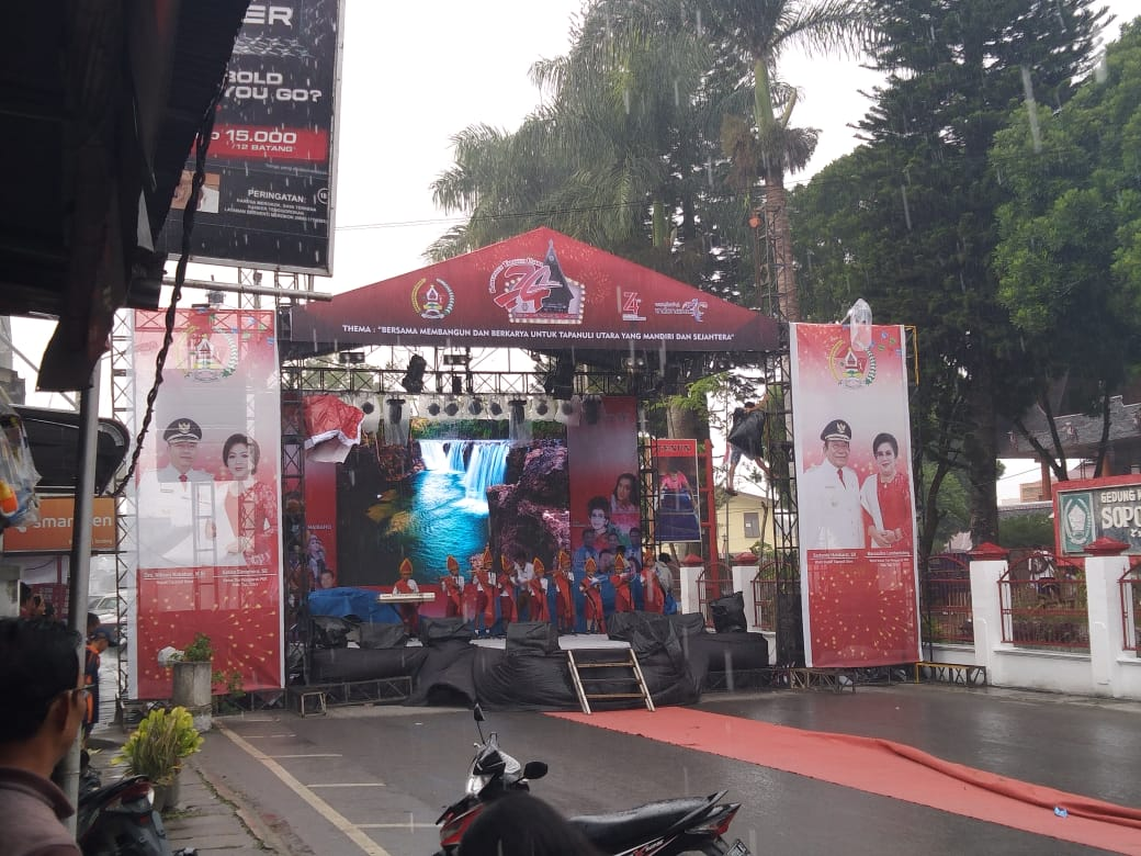 Gunakan Alat Musik Sederhana, Siswa SD 175773 Siborongborong Berhasil Menghibur Masyarakat Sebelum Ulang Tahun Pemkab Taput ke-74 Dibuka