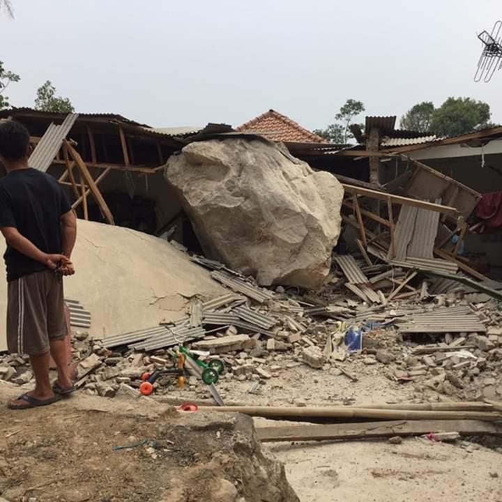 """""""Hujan"""" Batu PT.MSS Di Purwakarta, Enam Rumah dan Satu Sekolah Rusak"""