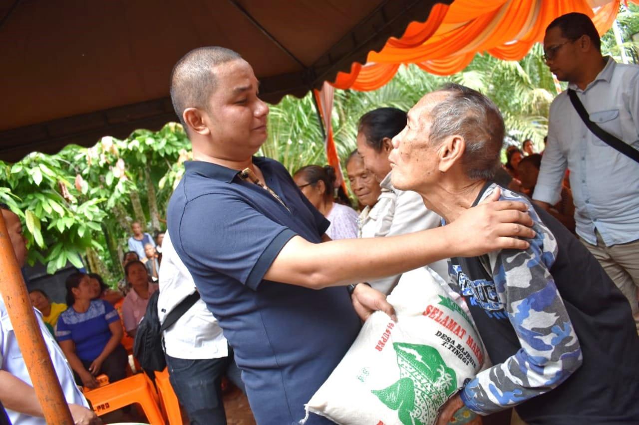 Bupati Tapanuli Tengah Serahkan Bantuan 100 Sak Beras dan Alat Semprot Hama di Kecamatan Sorkam