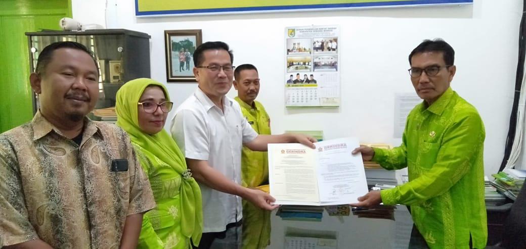 Ketua DPC Gerindra Sergai Serahkan Berkas Penetapan dr.M.Riski Ramadhan Sebagai Ketua DPRD Sergai Kepada Sekwan