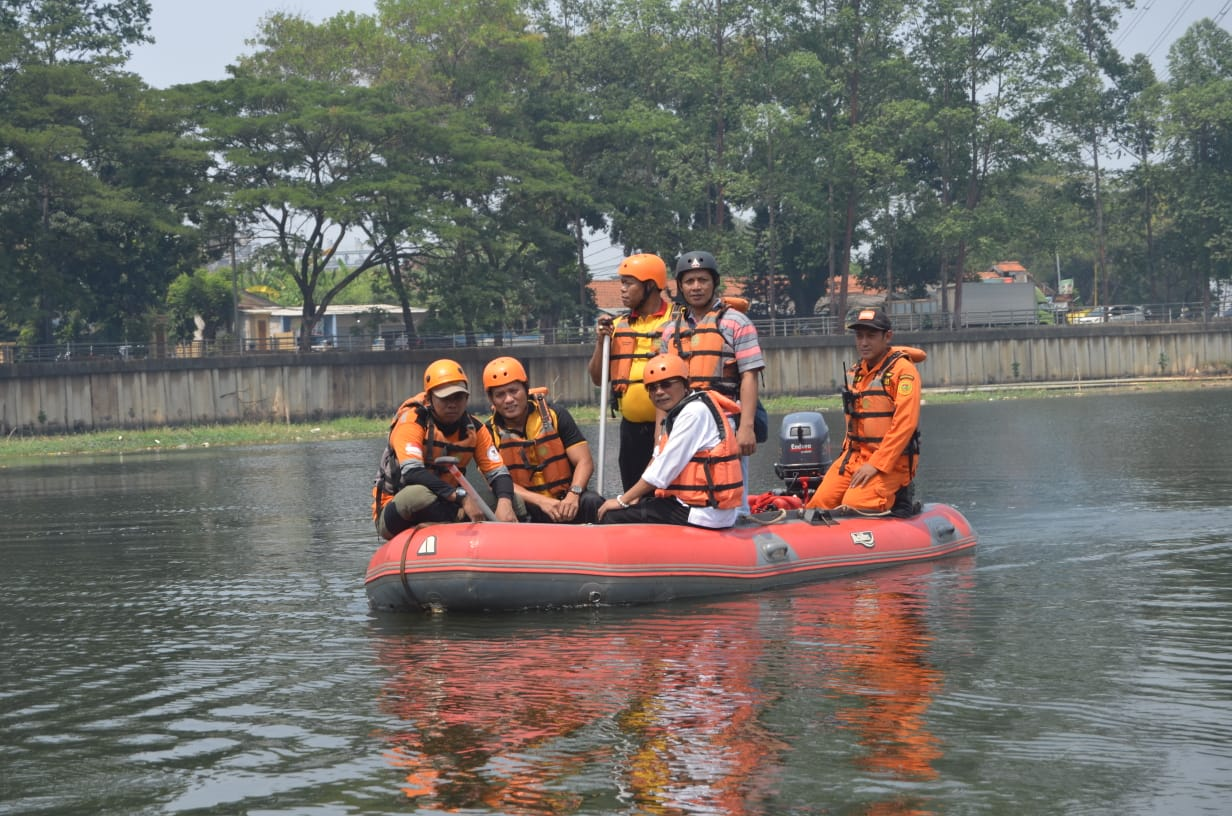 Polisi Bekerjasama Dengan Basarnas Lakukan Pencarian Korban Tenggelam di Bantaran Sungai