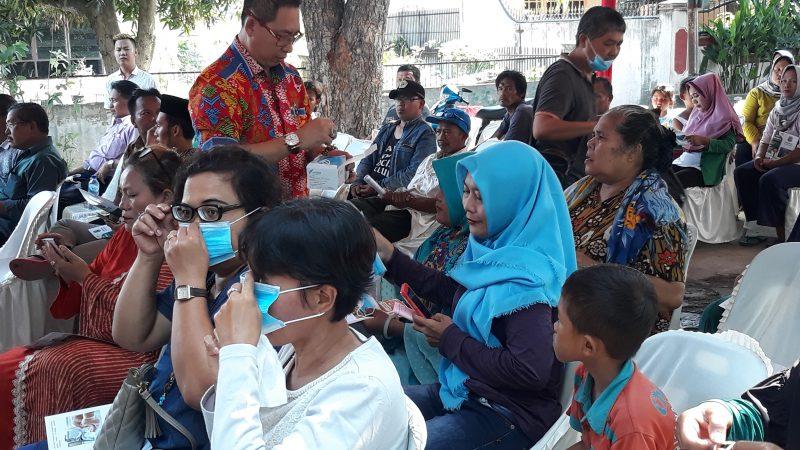 Wong Chun Sen Tarigan Bagi-bagi Masker Saat Sosperda No 4 Tahun 2012 Tentang Kesehatan Kota Medan Bagi Warga Madiosantoso