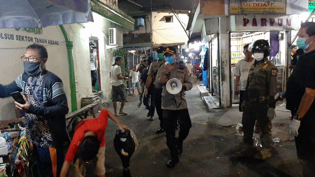 Cegah Penularan Virus Corona, Polsek Metro Tanah Abang Patroli di Tempat Keramaian