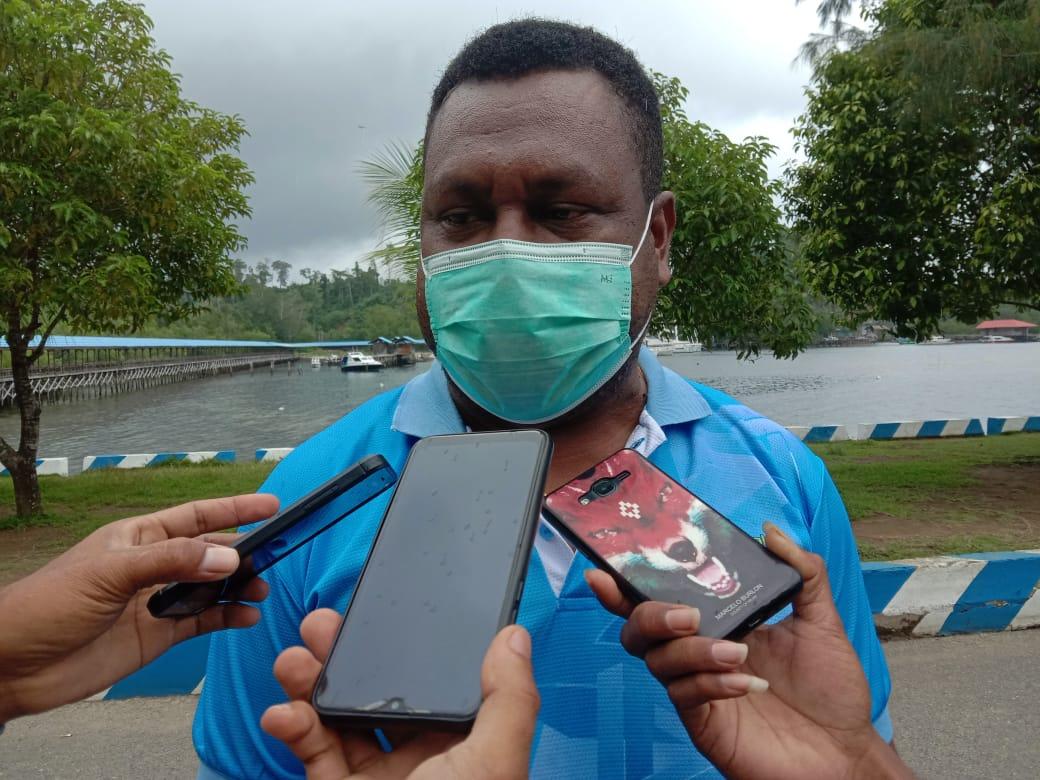Aksi Sosial Kepala Suku IKBBA bersama Ketua DPRD Kabupaten Raja Ampat Bagikan 1000 Masker Gratis