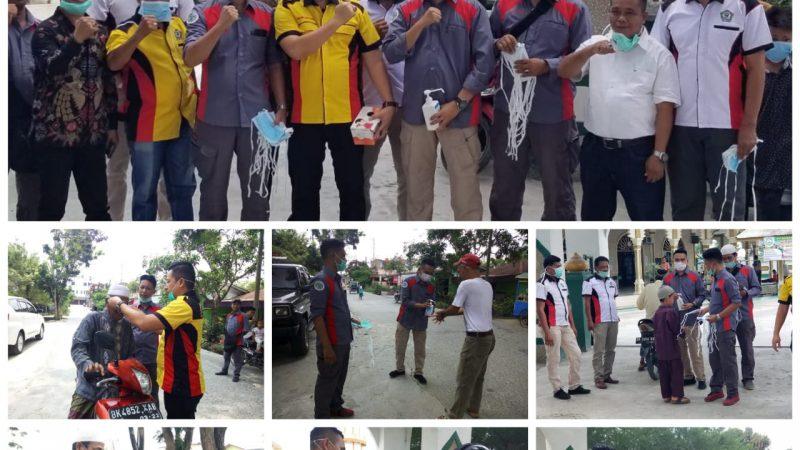 DPD IWO Dan BM3 Sergai Bagikan Masker Gratis Pada Jamaah Solat Jum'at