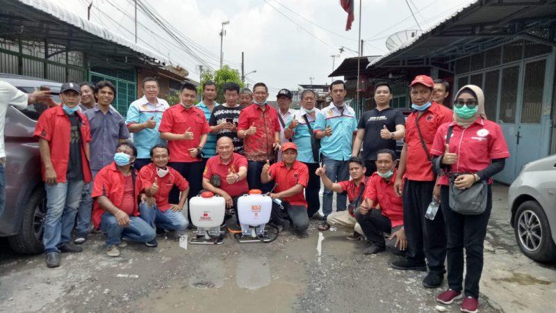 Wong Chun Sen Bersama Taruna Merah Putih Semprot Disinfektan di Kecamatan Medan Timur