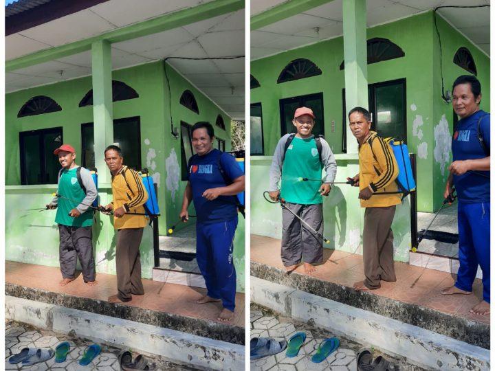 Masyarakat Bersama Anggota DPRD Kota Pangkalpinang Bergotong Royong  Membersihkan Dan Melakukan Penyemprotan Cairan Disinfektan