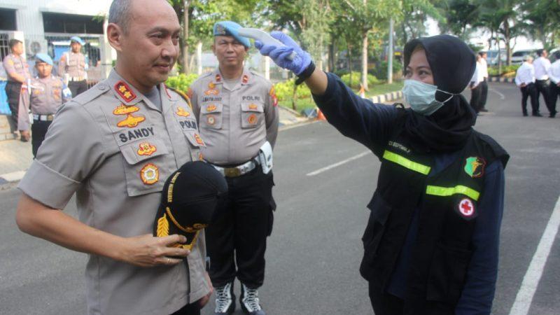 Seluruh Anggota Polres Kepulauan Seribu Melakukan Kegiatan Sterilisasi Diri di Dalam Bilik Disinfektan Sebelum Memasuki Kantor
