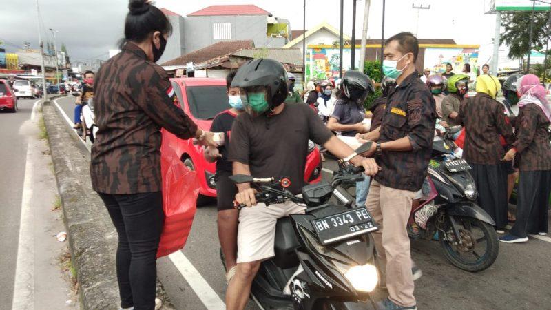 KBPP Polri Resor Kota Pangkalpinang Berbagi Tak'jil ke Pengendara dan Panti Asuahan