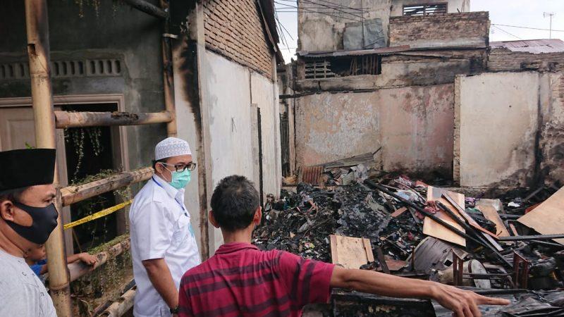 Berikan Sembako ke Korban Kebakaran, Aulia Rahman Ajak Masyarakat Peduli Sesama
