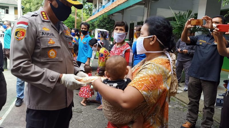 Polres Metro Jakarta Barat Beri Bantuan Kepada Korban Kebakaran di Jembatan Besi