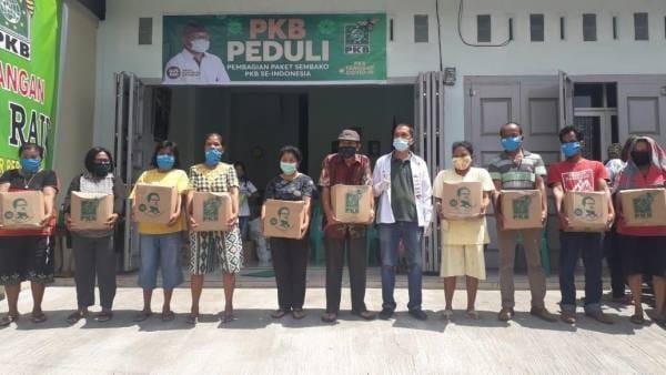 Wakil Ketua DPRD Samosir Berbagi Sembako ke Warga