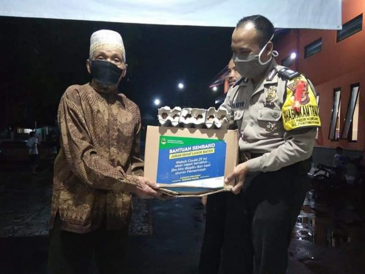 Bhabinkamtibmas Polsek Panyingkiranbersama Babinsa Pengamanan dan Pengawalan Pendistribusian Bantuan dari Pemerintah Provinsi Jawa Barat