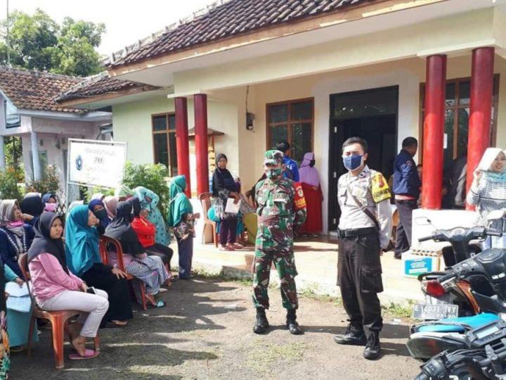 Bhabinkamtibmas Polsek Banjaran Polres Majalengka dan Babinsa Koramil Banjaran Melakukan Monitoring dan Pengamanan di Desa Binaan