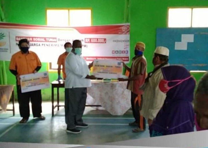 Warga Distrik Salawati Menerima Bantuan BST Dari Bupati Sorong