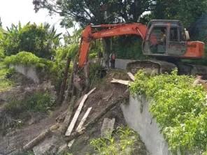 Anggota DPRD Samosir, Bantu Pembangunan Jalan Akses Terputus