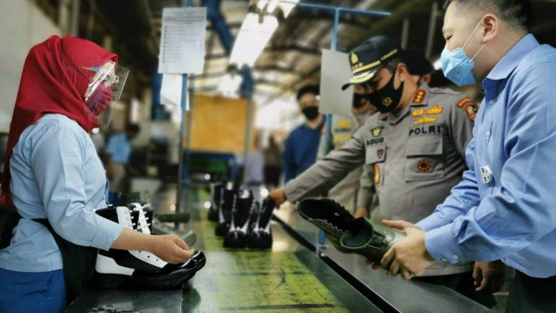 Kabaharkam Polri Kunjungi Perusahaan Pembuat Perlengkapan Pertahanan Dalam Negeri