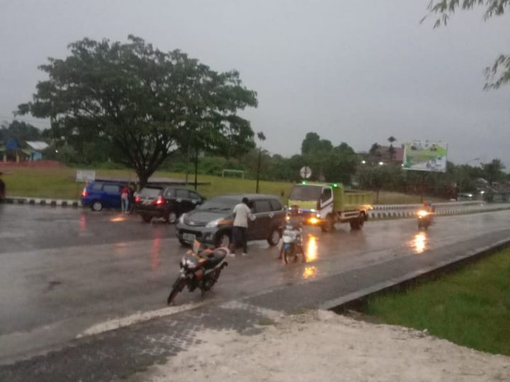 Peringati HUT Kabupaten Sorong Selatan Ke-17 Tahun, Aktifis Mahasiswa Bekerja Sama Dengan KPUD Dan Bawaslu Sorong Selatan Bagikan 300 Bunga Kepada Masyarakat