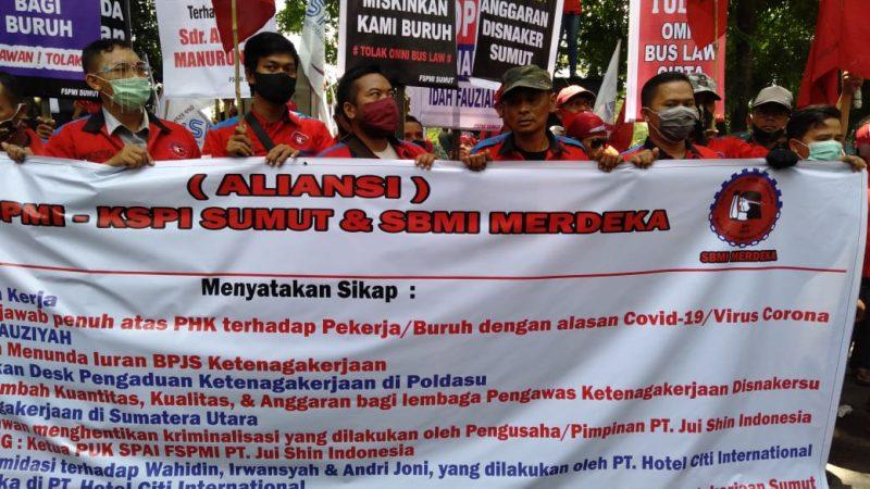 Tolak Omnibus Law, Ratusan Buruh dari SBMI Merdeka dan FSPMI Sumut Demo DPRD Sumatera Utara