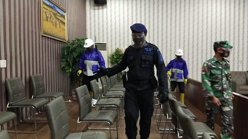 Brimob Kompi 2 Batalyon B Pelopor Bersinergi Dengan TNI Semprot Disinfectan Kantor DPRK Langsa