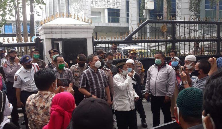 Ratusan Massa Mengatasnamakan Aliansi Masyarakat Geruduk Gedung DPRD Sumut