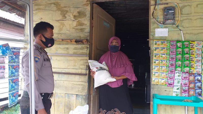 Bhabinkamtibmas Polsek Tualang Brigadir Mahmud Eko Serahkan Bantuan Sembako