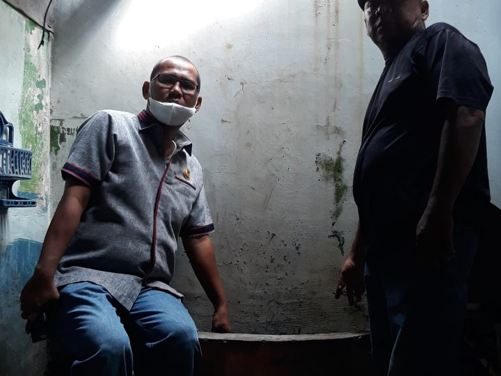 Antonius Tumanggor Menangis Mengetahui Rumah Seorang Warga  Tidak Layak Huni Saat  Kunjungan Melihat Perbaikan Drainase di Gang Maruto
