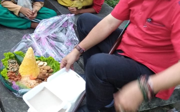 Peringati HUT PDIP Ke-48, TMP Medan Makan Nasi Tumpeng Dengan Pengamen dan Anak Jalanan