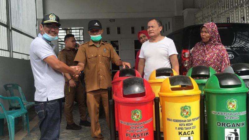 Antonius D Tumanggor Serahkan 5 Tong Sampah Kepada Kepling 8 Kelurahan Sei Agul