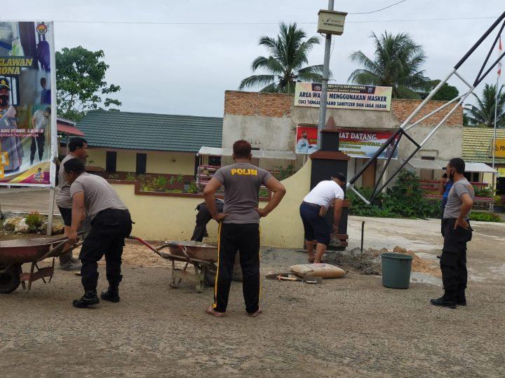 Personil Polsek Sangasanga Kerja Bhakti Bersihkan Lingkungan Mako
