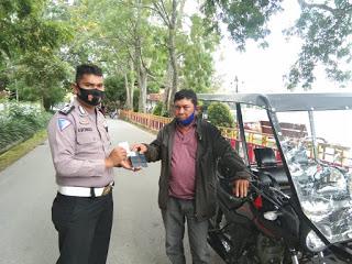 Bripka Ompusunggu Serahkan Bantuan Becak Motor Korban Lakalantas di Samosir