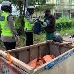Personel Sat Lantas Polres Kukar Membagikan Bantuan Sembako