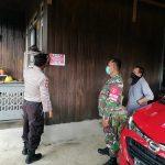 Petugas Melakukan Pemasangan Stiker Tracer di Rumah Warga Positif Covid-19 dan Warga Kontak Erat